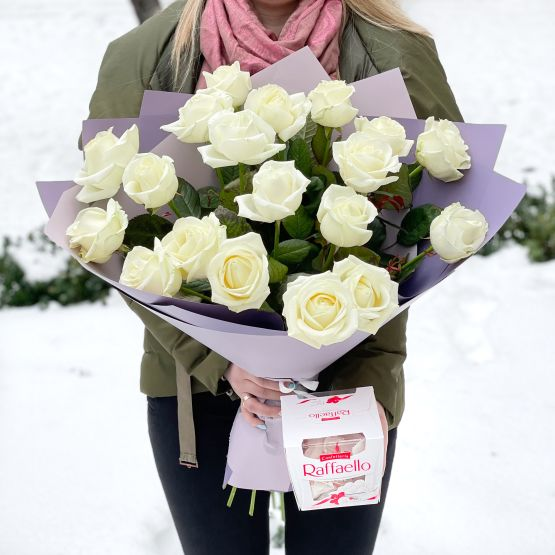 19 белых роз + Raffaello 150г.